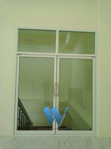 รับงานติดตั้งกระจกแบบบานสวิง