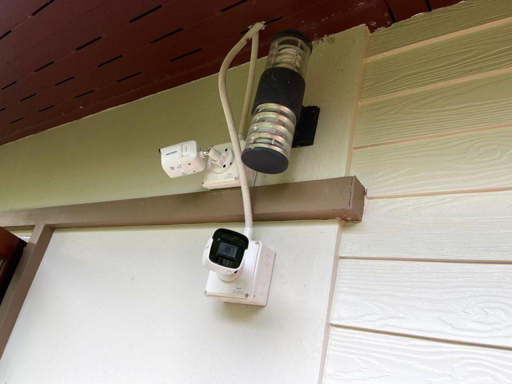 ติดกล้องวงจรปิด เข้ากับผนังบ้าน โดยติดเข้ากับกล่องกันน้ำ